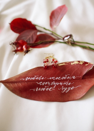 Red wedding photo session decor