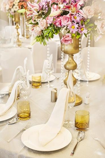 Overseas white wedding reception decor