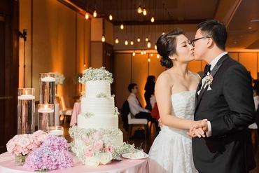 White overseas wedding cakes