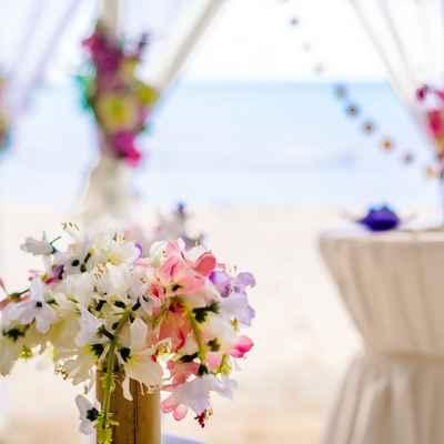 Beach white wedding floral decor