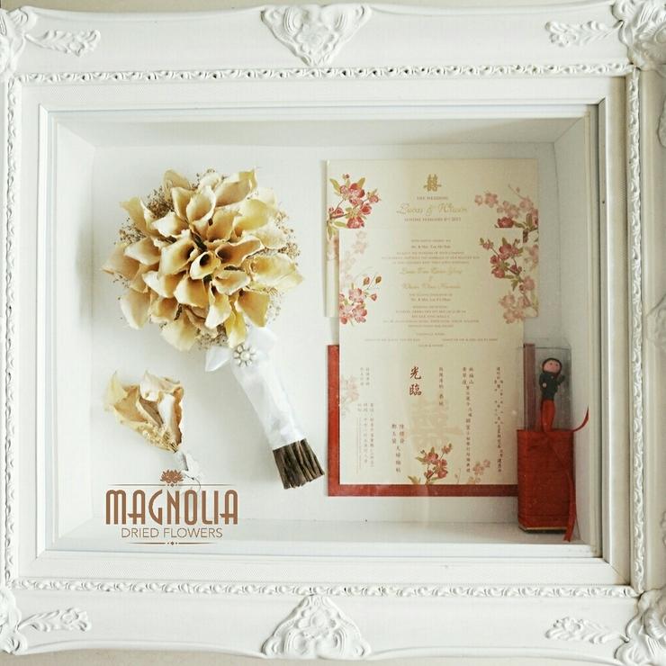 Magnolia Classic Frame 1 Handbouquet, 1 Boutonnerie, Invitation and Souvenir