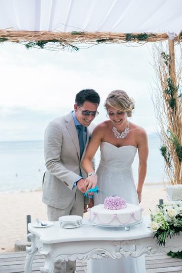 Beach white wedding cakes