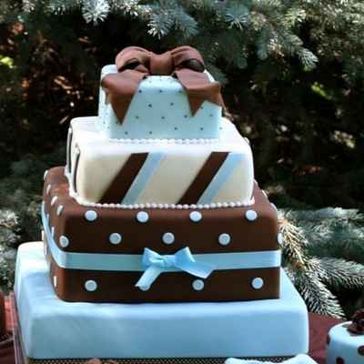 Breakfast at tiffany's brown wedding cakes