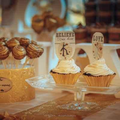 Gold wedding cupcakes