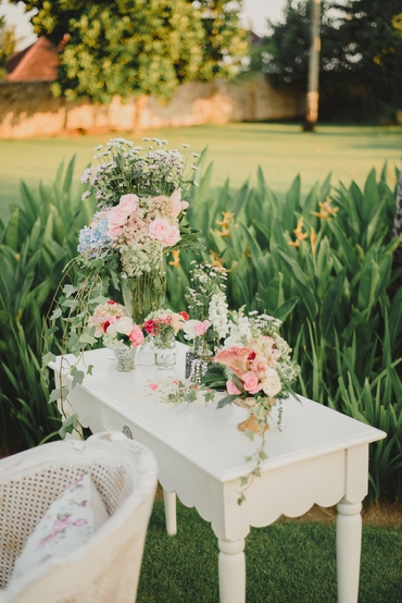 Outdoor white wedding photo session decor