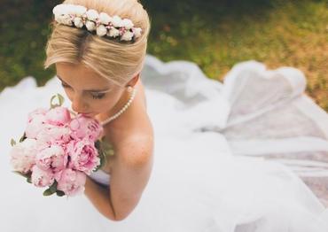 White outdoor peony wedding bouquet