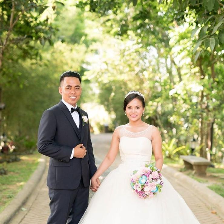 Mr. and Mrs. Emiliano! Photo by: Sunday Morning Studio