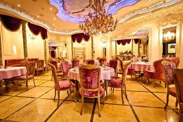 English gold wedding reception decor