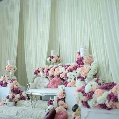 Overseas white wedding photo session decor