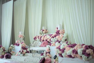 Overseas white wedding photo session decor